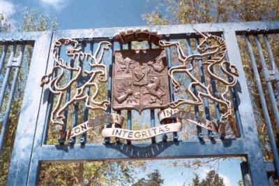 En Ramat Hanadiv, en el monte Carmelo, en Haifa, Israel, un escudo con motivos familiares.